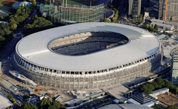 2020年東京五輪・パラリンピックのメインスタジアムとなる新国立競技場(東京都新宿区)=共同