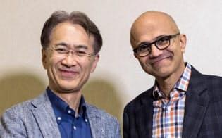 ゲーム以外にもクラウドやAIでの提携を検討する(握手するソニーの吉田社長(左)とマイクロソフトのナデラCEO)