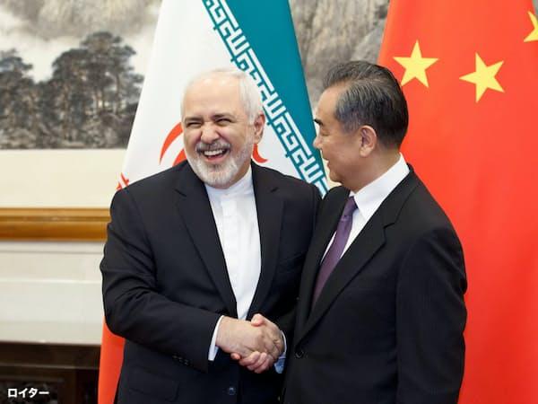 イランのザリフ外相(左)と会談する中国の王毅外相(17日、北京)=ロイター