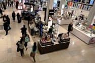 米消費者は景気見通しに自信を持っている(米ニューヨークの百貨店)=ロイター