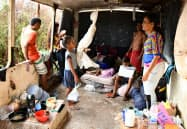 廃棄されたバスで生活するベネズエラ難民(ブラジル北部パカライマ)