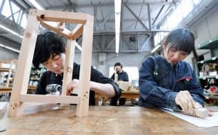 ユニバーサルデザインの生活用品を作る学生(神戸市西区の神戸芸術工科大)