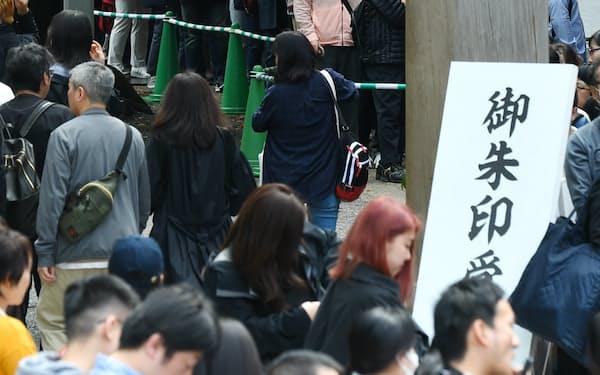 明治神宮には御朱印を求め、多くの参拝客が行列を作った(1日、東京都渋谷区)