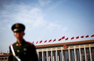 天安門事件30年を控え、中国当局は警戒を強めている(北京の天安門広場に立つ警官)=ロイター