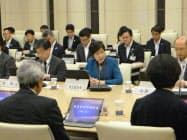 都税調の会合で挨拶する小池百合子知事(中。17日、東京都庁)