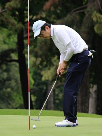 ゴルフを楽しむ安倍首相(18日、神奈川県茅ケ崎市)