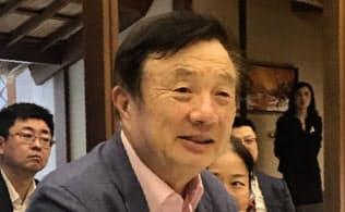 日本メディアの質問に答えるファーウェイの任正非CEO(18日、広東省深圳の本社)