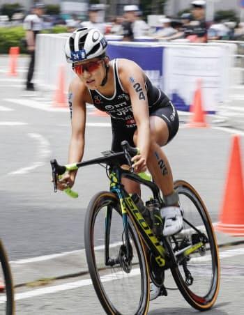 女子で4位だった高橋侑子のバイク(18日、横浜市)=共同