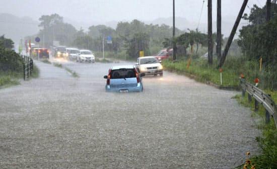 大雨で冠水した鹿児島県屋久島町小瀬田の県道(18日午後)=南日本新聞社提供・共同