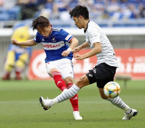 後半、自身2点目のゴールを決める横浜M・三好(左)=共同