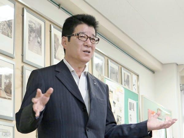 「大阪都構想」の住民投票について記者団に語る大阪維新の会代表の松井一郎大阪市長(11日午後、大阪市)=共同