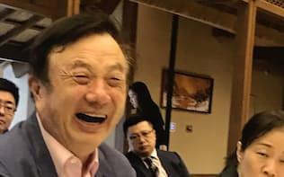 日本メディアの取材に応じるファーウェイの任正非CEO(18日、広東省深圳の本社)