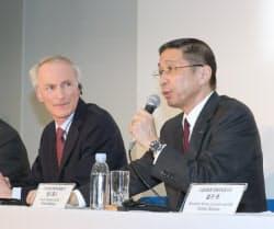 日産の西川広人社長(右)とルノーのスナール会長は3月の共同記者会見では友好ぶりを強調していたが…(横浜市)