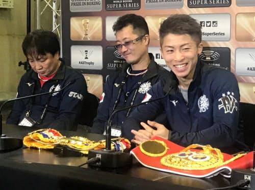 WBSSバンタム級準決勝で勝利し、試合後に記者会見した井上尚弥(右)。中央は父の真吾トレーナー(18日、英国グラスゴー)
