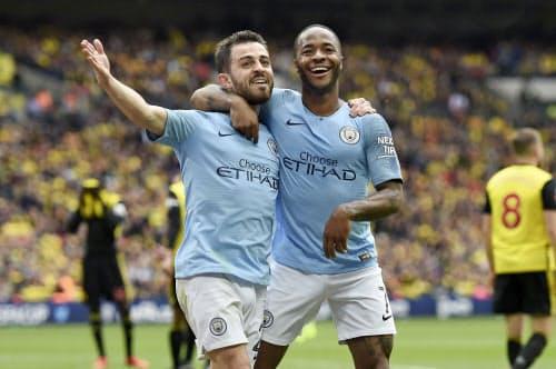 サッカーのFAカップ決勝で得点を決め、喜ぶマンチェスター・シティーのスターリング(右)ら(18日、ロンドン)=ゲッティ共同