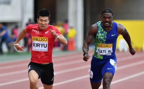 男子100メートルで優勝したガトリン(右)と2位の桐生=小幡真帆撮影