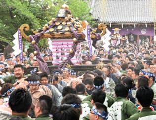 三社祭の「宮出し」で浅草神社の境内を練り歩くみこし(19日、東京・浅草)