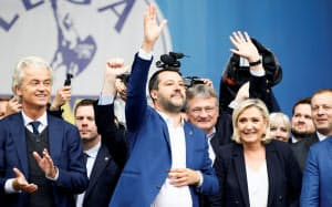 支持者に手を振る同盟のサルビーニ党首ら(18日、ミラノ)=ロイター