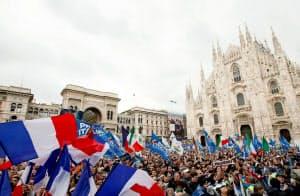 ドゥオーモ広場で行われた集会には数千人の支持者が集まった(18日、ミラノ)=ロイター