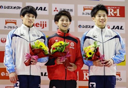 世界選手権の代表に決まり、笑顔の(左から)谷川航、谷川翔、萱和磨(19日、武蔵野の森総合スポーツプラザ)=共同