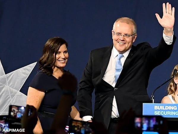 支持者を前に勝利宣言するモリソン首相(18日、シドニー)=AAP