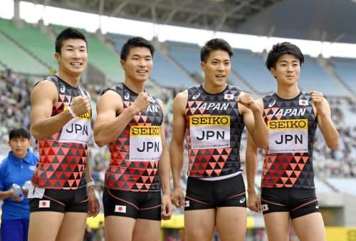 男子400メートルリレーで優勝し、笑顔を見せる(左から)桐生、小池、山県、多田(19日、ヤンマースタジアム長居)=共同