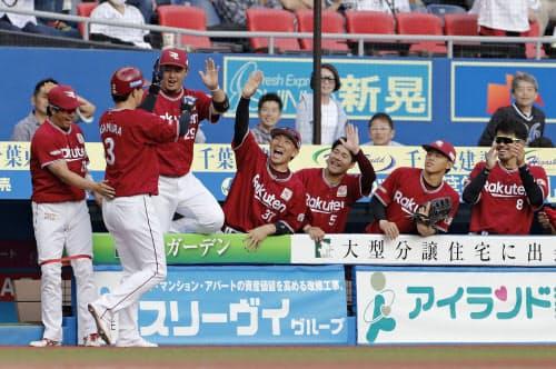 7回、勝ち越しソロを放った浅村(左から2人目)を迎える楽天ナイン=ZOZOマリン
