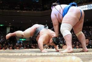 貴景勝(左)が碧山にはたき込みで敗れる