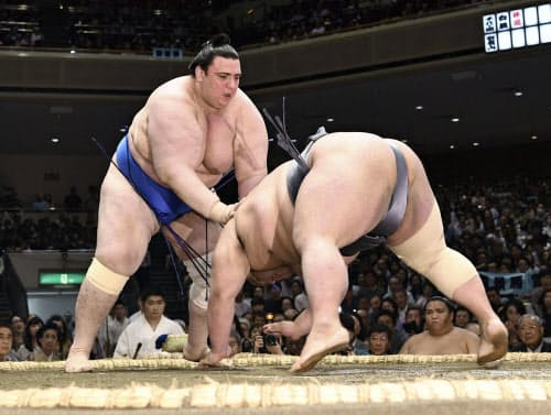 貴景勝(右)がはたき込みで碧山に敗れる(19日、両国国技館)=共同