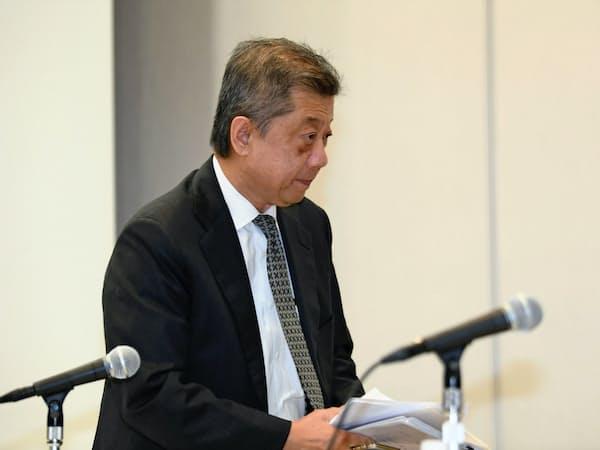 取締役を退任したLIXILグループの潮田洋一郎氏(4月の記者会見)