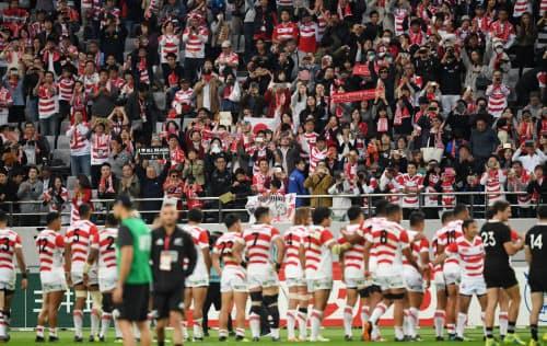 ニュージーランド戦後、日本代表の選手に声援を送る観客たち(2018年11月、東京都調布市の味の素スタジアム)