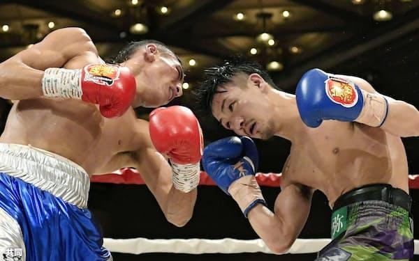 10回、フェリックス・アルバラード(左)と攻め合う小西伶弥(19日、神戸ポートピアホテル)=共同