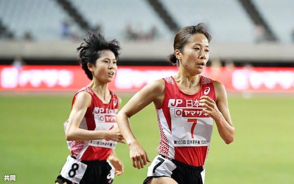 女子1万メートル 力走する優勝した鍋島莉奈。左は2位の鈴木亜由子(19日、ヤンマースタジアム長居)=共同