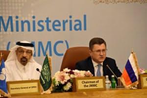 会合後、記者会見するサウジアラビアのファリハ・エネルギー産業鉱物資源相(左)とロシアのノワク・エネルギー相(5月19日)