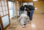 空き家をシェアハウスとして再生するため、改修作業をする茨城大工学部の学生ら=2018年11月ごろ、茨城県日立市(同市役所提供)=共同