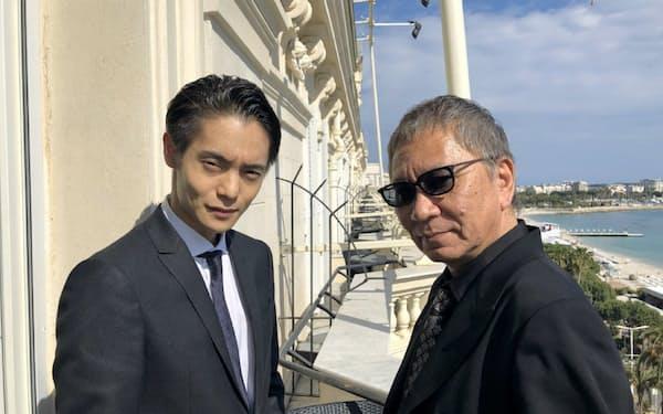 カンヌでインタビューに応じた窪田正孝(左)と三池崇史監督(15日、カンヌ)