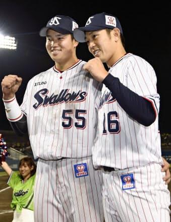 村上(左)は試合後のインタビューで「チームに迷惑をかけてしまっているので」とよく口にする=共同