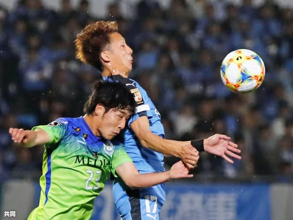 FC今治を足場に湘南へ移籍し、今季はJ1でプレーする小野田(左)=共同
