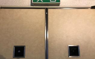 自民党本部の8階ホールの扉には「のぞき穴」がある