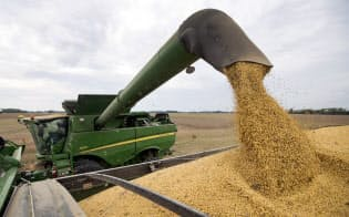 農業は貿易戦争に伴う各国の関税引き上げによって生じた損失を軽減するため直接な支援金を受け取った唯一の米国の産業だ=AP