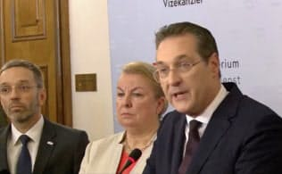 18日、副首相辞任を表明するシュトラッヘ自由党党首(右)=ロイター