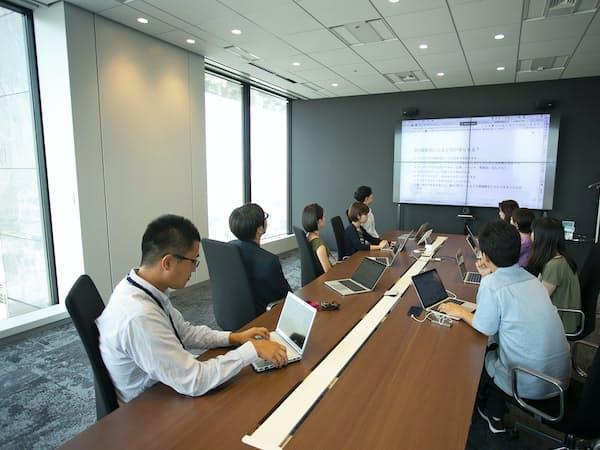 「サイボウズ式」編集部は発言とチャットの同時進行で会議を活性化する。