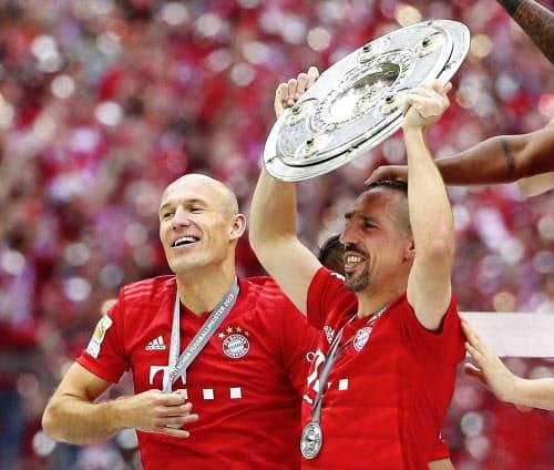 優勝を喜ぶバイエルン・ミュンヘンのロッベン(左)とリベリ(ミュンヘン)=ロイター