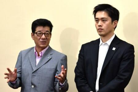 記者団の取材に応じる大阪維新の会の松井代表(左)(20日、大阪市内)