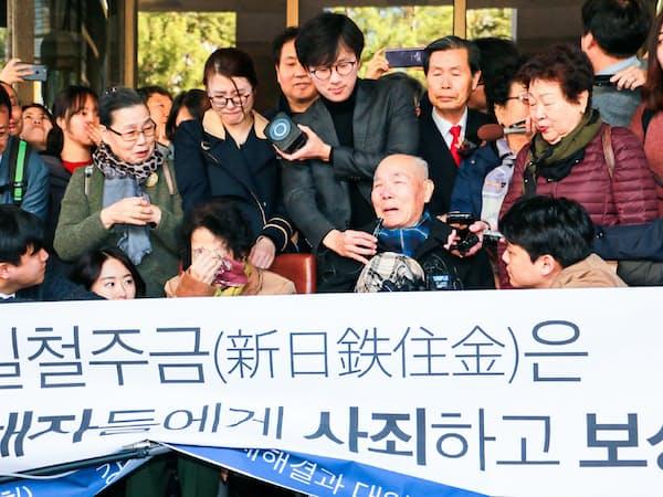 韓国最高裁が日本企業に賠償を命じた判決を喜ぶ原告ら(2018年10月、ソウル)