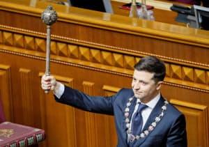 20日、議会で宣誓するゼレンスキー新大統領(ウクライナの首都キエフ)=ロイター
