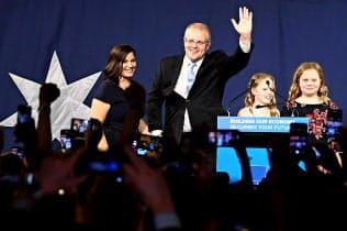 18日、オーストラリア東部シドニーで、支持者に手を振るモリソン首相(ロイター=共同)