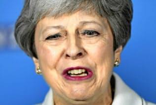 メイ英首相は6月上旬に退任時期を表明する(17日、英南部ブリストル)=AP