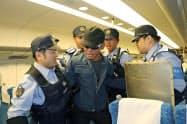 姫路駅で行われた山陽新幹線車内でのテロを想定した訓練(20日、兵庫県姫路市)=共同