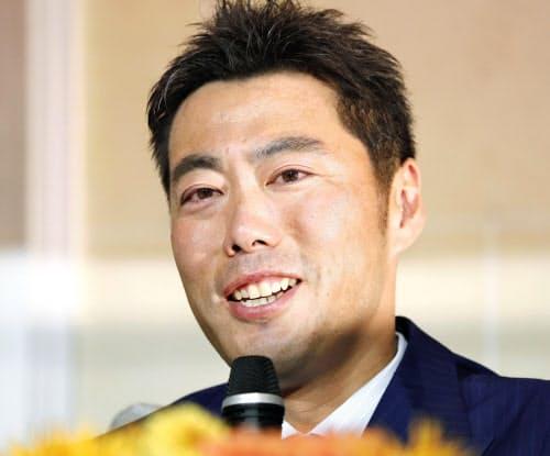 引退を表明する巨人の上原浩治投手(20日、東京都内のホテル)=共同
